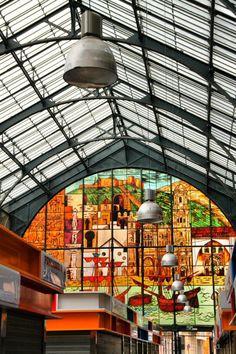 Mercado Atarazanas Cristaleras en el interior del Mercado de Atarazanas en el centro histórico de Málaga