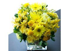 Centro de mesa con flores amarillas. Decoración boda en primavera.