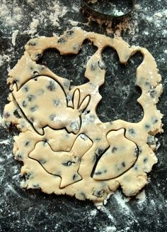"""""""Easter Biscuits"""" for shaped chocolate-chip cookies Hoppy Easter, Easter Gift, Easter Eggs, Easter Food, Easter Dyi, Easter Table, Easter Party, Easter Cookies, Easter Treats"""