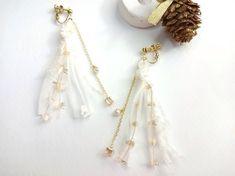 AVRILイヤリング winter memoriesAVRILの糸を使って軽やかなイヤリングをつくりました三種類のホワイトの糸とオレンジゴールドのキラキラのフ...|ハンドメイド、手作り、手仕事品の通販・販売・購入ならCreema。