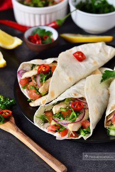 Fajitas de pollo , ➡ Estas FAJITAS DE POLLO se van a convertir en un clásico dentro de las recetas para tu familia. Las fajitas son una alternativa fácil y rápida de la comida mexicana. Estos wraps de tortilla de trigo se acompañan de pollo, guacamole, pico de gallo, salsa de yogur y verduras asadas.