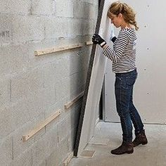 Installation of graphite polystyrene insulating plates - Lyda Dyshart Basement Shelving, Basement Gym, Basement Remodeling, Do It Yourself Decoration, Basement Furniture, Basement Inspiration, Wall Accessories, Concrete Blocks, Home Reno