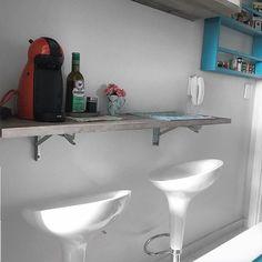 """✨Vcs pediram pra mostrar como ficou a outra parede da cozinha, então vou mostrando aos poucos por motivos de """"não é fácil fotografar cômodos estreitos"""" hahaha! Essa bancada de café e lanches rápidos ajuda demais até mesmo enquanto cozinhamos. Ah, e ela é retrátil (dobra pra baixo), facilitando a hora da faxina! #minhacozinha #meuapê  @brunadalcin"""