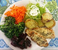 Foco na dieta: proteína (frango grelhado com queijo parmesão e manjericão) + carboidrato complexo (batata doce cozida e grelhada) + salada de folhas verdes (alface americana) + salada de tubérculos (cenoura e beterraba) + salada de Brócolis. Refeição completa!