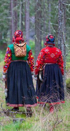 Women wearing traditional clothing from Dala-Floda, Sweden. Folk Costume, Costumes, Folk Clothing, Ethnic Dress, Daily Dress, Culture, Ethnic Fashion, Scandinavian Style, Traditional Dresses