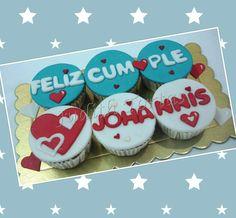 Cupcakes /ponquesitos personalizados decorados con fondant, dulces detalles.