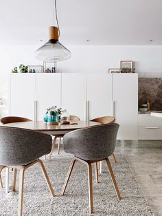 When faced with the choice between round and square, I always choose the latter. Square corners over round corners, rectangular mirrors over circular mirrors, a long farm table over a round dining table, anything except a circular coffee table - I can go on. But now that we are finally getting