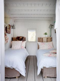 Cottage style l interior design inspirationl shabby chic decorating l small bedroom idea. 40 Timeless and Tranquil Interior Design Inspirations Part 1 - Hello Lovely. Beach Cottage Style, Beach House, Cottage Living, Country Living, Cozy Living, Small Living, Country Decor, Home Bedroom, Cottage Bedrooms