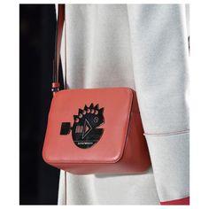 #torebka #listonoszka w kształcie małego, prostokątnego kuferka pomieści Twoje najcenniejsze rzeczy na co dzień: klucze, portmonetkę, dokumenty, smartfona i pomadkę! Zobacz torebki #kuferki w pastelowych kolorach i z geometrycznym wzorem od #emporioarmani <3 #armani #armanibag #emporioarmanibag #bags #womensbag #womensbags #womensfashion #womenslook #womenaccesories #womensaccesories #accessories #accesoryforwomen #accesory #bagoftheday #capsule
