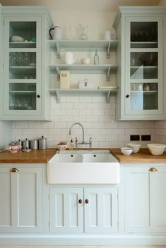 Kitchen Remodel Ideas Farmhouse Sink and Subtle Color Kitchen - Cottage kitchen decorating ideas show you how to bring coziness, charm and country to your home. Find the best designs! White Farmhouse Kitchens, Farmhouse Kitchen Cabinets, Kitchen Redo, Kitchen Styling, New Kitchen, Farmhouse Sinks, Farmhouse Small, Kitchen Makeovers, Kitchen Sinks