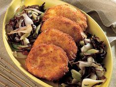 Patlıcanlı Kıtır Mozzarella Sandviç Tarifi  1. Patlıcanların kabuklarını 2-3 mm kalınlığında soyun. Kabuklarını atmayın ve ayrı bir kaba alın. Taze soğanları jülyen doğrayın. 2. Patlıcanları küp şeklinde kesip sarımsak, bir tutam tuz ve karabiberle birlikte çok az kızgın zeytinyağında rengi hafif değişene kadar soteleyin. Ocaktan aldıktan sonra doğranmış maydanozları da içine ilave edip…