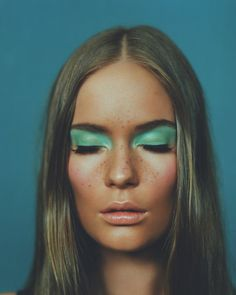 green eyeshadow colour splash block pop make up Makeup Inspo, Makeup Art, Makeup Inspiration, Makeup Tips, Hair Makeup, Makeup Ideas, Retro Makeup, 1970s Makeup Disco, Mint Makeup