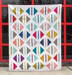 Travel around the world without leaving your quilt studio with this fat quarter friendly quilt that's completely on trend. This World Parcel Quilt Pattern features fat quarters in bright pops of color. Amish Quilt Patterns, Jelly Roll Quilt Patterns, Modern Quilt Patterns, Quilting For Beginners, Quilting Tutorials, Quilting Designs, Quilting Tips, Quilt Studio, Jellyroll Quilts