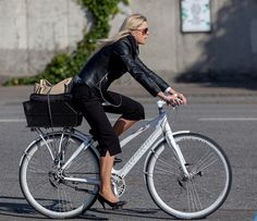 Indo para o trabalho de salto, casaco de couro...e bike! #fashion #bike #Copenhagen