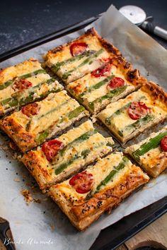 Tartă cu brânză și sparanghel, o rețetă ușoară dar foarte aspectuoasă. Cum se face tarta cu brânză cu aluat de foietaj. Cum se folosește sparanghelul.