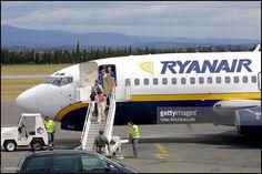 Le Premier Ministre britannique, Tony Blair et sa famille descendant d'un avion de la compagnie Ryanair à l'aéroport de Carcassonne pour 10 jours de vacances dans la région  le 20 août 2001. Photo: Gilles Bouquillon / Getty Images