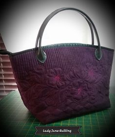 Lady Jane Quilting: Playing Catch-up! Long Arm Quilting Machine, Machine Quilting Patterns, Quilting Ideas, Quilting Projects, Quilted Tote Bags, Patchwork Bags, Handmade Purses, Handmade Handbags, Quilt Stitching