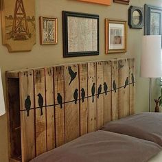 10 DIY Pallet Headboard Designs The most precious piece of furniture that lifts up the mood of your entire bedroom is the headboard. Diy Wanddekorationen, Diy Casa, Headboard Designs, Headboard Ideas, Pallet Furniture Headboard, Storage Headboard, Bench Storage, Twin Headboard, Pallet Crafts