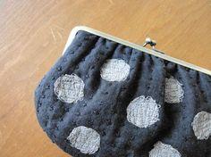 Jirri * ritta と言えば 「 糸くずシリーズ 」 というほど、バッグ と供に代表的なガマ口になります。お色は、黒地に黒糸で刺し子、ドットはダークグ...|ハンドメイド、手作り、手仕事品の通販・販売・購入ならCreema。