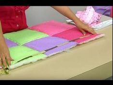 Tutorial como enguatar y ensamblar un quilt con el metodo facil.wmv - YouTube Puff Quilt, Rag Quilt, Sewing Art, Sewing Dolls, Thread Catcher Pattern, Cushion Embroidery, Patch Quilt, Quilting Tutorials, Chair Covers