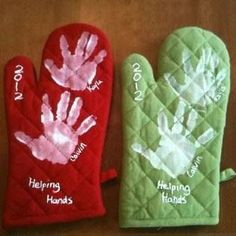 25 Easy Christmas Gifts Kids Can Make by Themselves : Topfhandschuhe mit Handabdruck Schönes Geschenk für Oma und Opa Here are 25 easy Christmas gift to make! These gifts are easy enough for kids to make on their own and use simple supplies. Cadeau Grand Parents, Cadeau Parents, Holiday Crafts, Holiday Fun, Thanksgiving Crafts, Santa Crafts, Holiday Images, Cork Crafts, Wooden Crafts