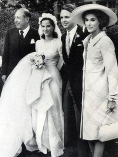 Babe Paley at the wedding of her daughter Amanda to Carter Burden, Jr in 1964 Chic Wedding, Wedding Bride, Wedding Styles, Wedding Gowns, Wedding Ideas, Vintage Wedding Photos, Vintage Bridal, Vintage Weddings, Royal Weddings