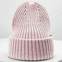 #Repost: @knitwear.s Вяжем шапку с интересной макушкой.  Узор: резинка 1:1 (можно и английской резинкой, кому как нравится). Пряжа объемная, на шапку набрала 82 петли. Спицы N5.  Вяжем до макушки нужную длину, у меня двойной отворот (может кто-то хочет как на картинке из интернета))). Все количество петель делим на две части - передняя и задняя. В моем случае это 82, по 41 петле. Устанавливаю для разделения маркеры. Теперь отмечаю на каждой из сторон центральные 11 петель (лиц.изн…