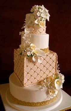 love this wedding cake and the calla lilies