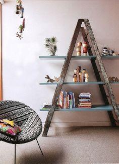 Una libreria fatta in casa usando una vecchia scala a forbice!