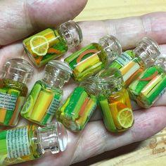 粘土で作った野菜を小瓶に詰めてレジンで固め、ピクルスのミニチュアを作りました☆ #樹脂粘土 #粘土 #フェイクフード #ミニチュアフード #ミニチュア #ドールハウス #clay #miniature #dollhouse #fakefood #miniaturefood #ハンドメイド #小瓶 #ピクルス