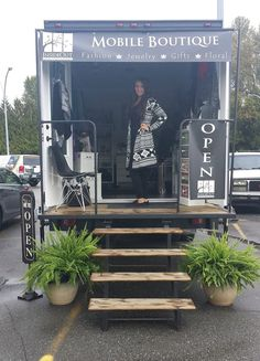 InsideOut Mobile Boutique Source by ezogelin Boutique Mobiles, Boutique Decor, Boutique Fashion, A Boutique, Boutique Ideas, Boutique Stores, Truck Store, Mobile Fashion Truck, Mobile Massage
