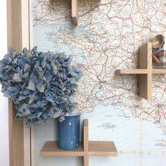 Eenvoudige houten schappen tegen achtergrond van kaart/behangpapier/poster