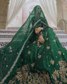 Best solo bride poses for weddings that you can get into for your photoshoot. Solo bridal photoshoot is in trend. Make your wedding album wonderful. Asian Bridal Dresses, Pakistani Wedding Outfits, Indian Bridal Outfits, Indian Bridal Fashion, Pakistani Bridal Dresses, Pakistani Wedding Dresses, Indian Wedding Mehndi, Nikkah Dress, Bridal Sari