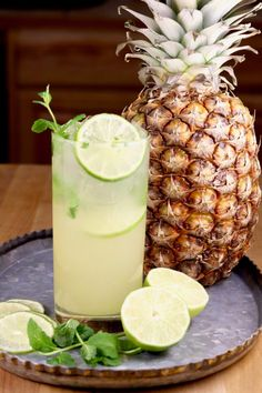 Pineapple Mojitos are a refreshing and delicious rum cocktail perfect for parties! Only a few ingredients and it's so easy to mix! Cocktails Pineapple Mojitos {Rum Cocktail with Video} - Miss in the Kitchen Cocktails For Parties, Fruity Cocktails, Frozen Cocktails, Easy Cocktails, Classic Cocktails, Fun Drinks, Yummy Drinks, Cocktail Recipes, Alcoholic Drinks