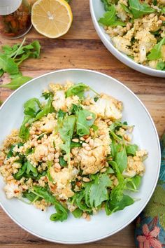 Super lecker! Gerösteter Blumenkohl Salat mit Kreuzkümmel, Hirse, Petersilie, junger Rucola, Zitrone und Pinienkerne. Vegan & Glutenfrei Rezept. Einfach und Super Lecker!!
