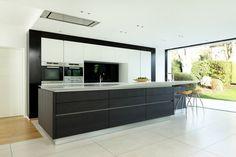 Küche mit Kochinsel in Schwarz