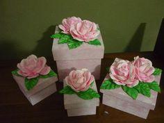 Caixas de Mdf pintadas com tinta pva e com flores de eva.