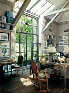 Looks like an incredible place to study on a sunny afternoon. The desk floating in the middle of the room, has a perfect view of the garden or yard. @Barbara Acosta Acosta Wirth Art really likes the art hung in this way.