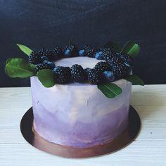 Бисквитный торт с цветным кремом