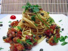 Il pesto pantesco è una specialità di Pantelleria ed è caratterizzato dai saporiti capperi che si producono sull'isola. È ottimo per condire la pasta, ma anche per accompagnare il pesce alla griglia o per delle super bruschette.