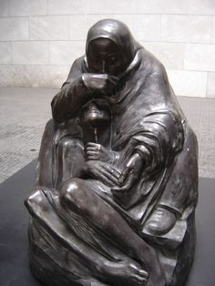 Sitting together on the mourning bench Franz Marc, Modern Sculpture, Sculpture Art, Kathe Kollwitz, Poverty And Hunger, Flanders Field, Jewish Art, Famous Art, Bronze