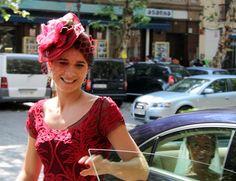 #invitada de rojo con tocado de @cherubinahats Love Hat, Tiaras And Crowns, Clever, Hats, Ideas, Fascinators, Sombreros, Brides, Red