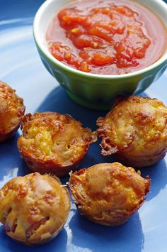 Pizza Puffs & Cute Little Snacks! These pizza puffs are full of cheese and pepperoni - perfect for a quick snack! Finger Food Appetizers, Yummy Appetizers, Appetizer Recipes, Snack Recipes, Cooking Recipes, Finger Foods, Budget Cooking, Recipes Dinner, Pepperoni Pizza Puffs
