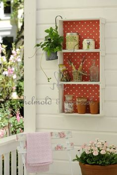 Polka dotted wooden crates - presh :) - Basket And Crate Wood Projects, Projects To Try, Garden Deco, Wooden Crates, Plantation, Porch Decorating, Country Decor, Decoration, Ladder Decor
