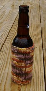 Tara's Knits: Beer Huggie- the only pattern I could find that incorporates a knitted bottom to the cozy!