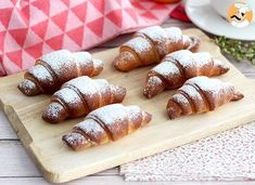 For breakfast, enjoy these cute little croissants, baked with a delicious condensed milk! - Recipe : Condensed milk croissants by PetitChef_Official Croissants, Kebab Recipes, Candy Recipes, Sweet Recipes, Halloween Party Treats, Pinwheel Cookies, Honey Syrup, Truffle Recipe, Condensed Milk