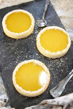 Coconut and mango mini tarts. Desserts Menu, Lemon Desserts, Mini Desserts, Just Desserts, Sweet Pie, Sweet Tarts, Simply Recipes, Sweet Recipes, Tart Recipes