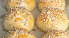 Bułeczki z sezamem to prosty przepis na bułeczki śniadaniowe, idealne dla dzieci i nie tylko. Mięciutkie i wilgotne bułeczki jak z piekarni. Sprawdź. Hamburger, Grilling, Bread, Food, Crickets, Brot, Essen, Baking, Burgers