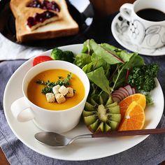 間もなくハロウィンですね。 それにちなんで、我が家のかぼちゃのスープのレシピを紹介します。 パンはもちろん、白米にも合う濃厚スープですよ♩