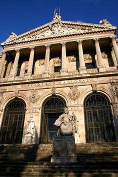 Entre los inquilinos de la escalinata de la Biblioteca Nacional se encuentra Alfonso X el Sabio, fundador de Ciudad Real y Miguel de Cervantes